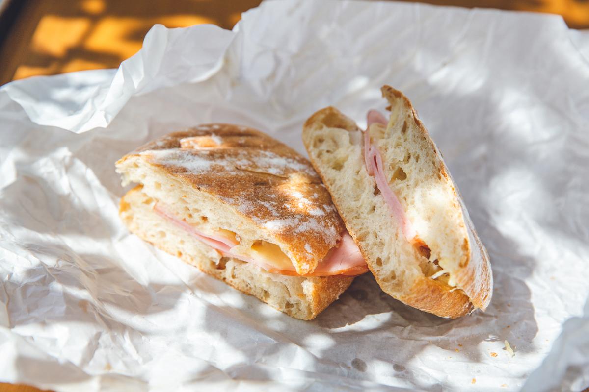 イートイン、テイクアウトメニューのHOT SADWITCH(ホットサンド)の写真| 港区 南青山のパン屋 BARTIZAN BREAD FACTORY